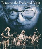 Between the Dark and Light : The Grateful Dead Photography of Jay Blakesberg - Jay Blakesberg